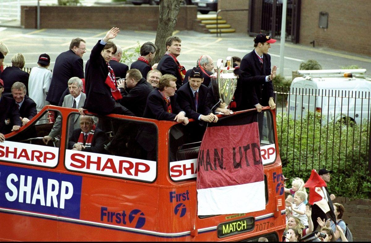 manchester-united-victory-parade-5c8951f3ba58569240000003.jpg