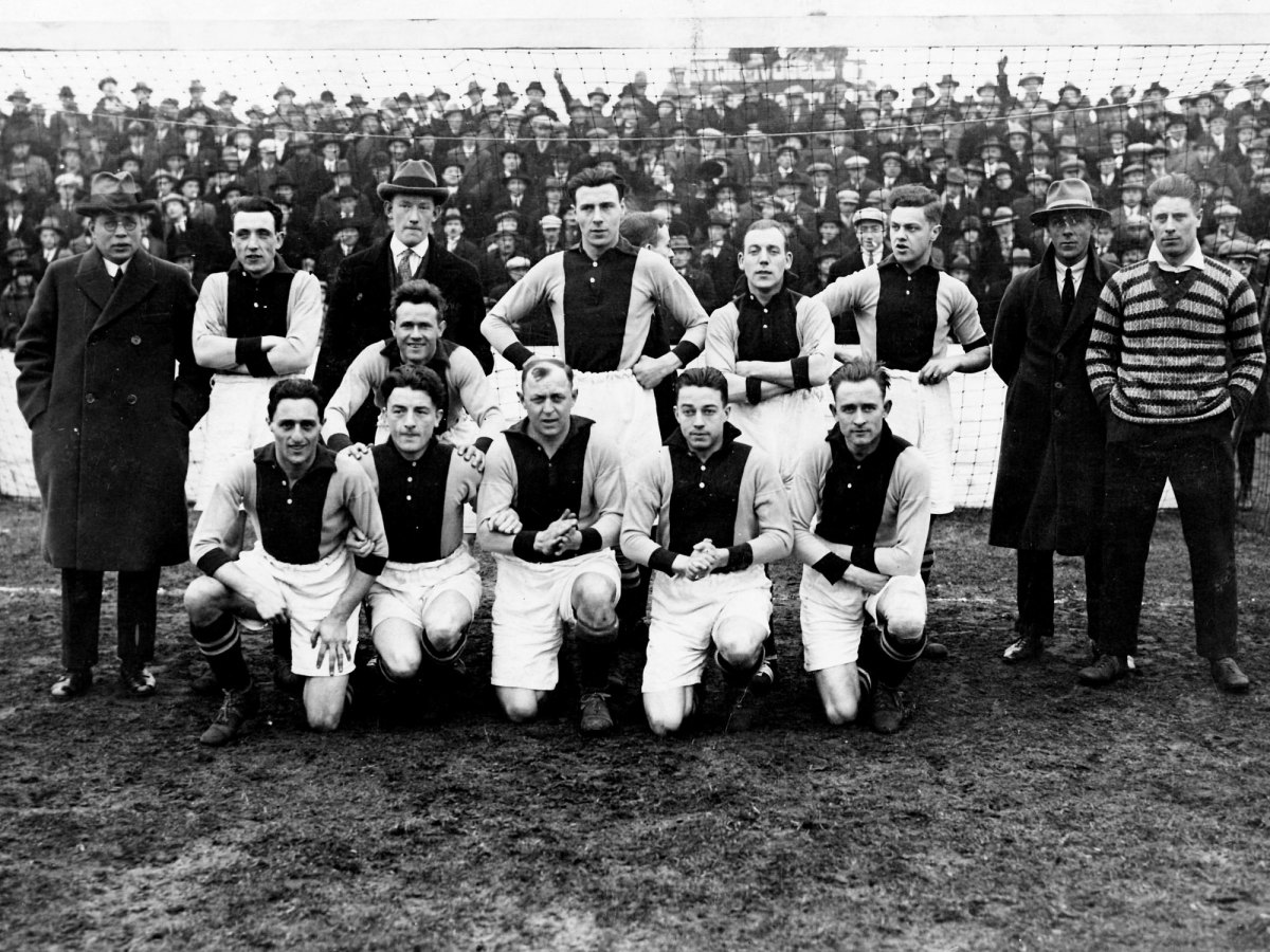 Ajax's players in 1926 pose for a team photo. Eddy Hamel is kneeling, front left.