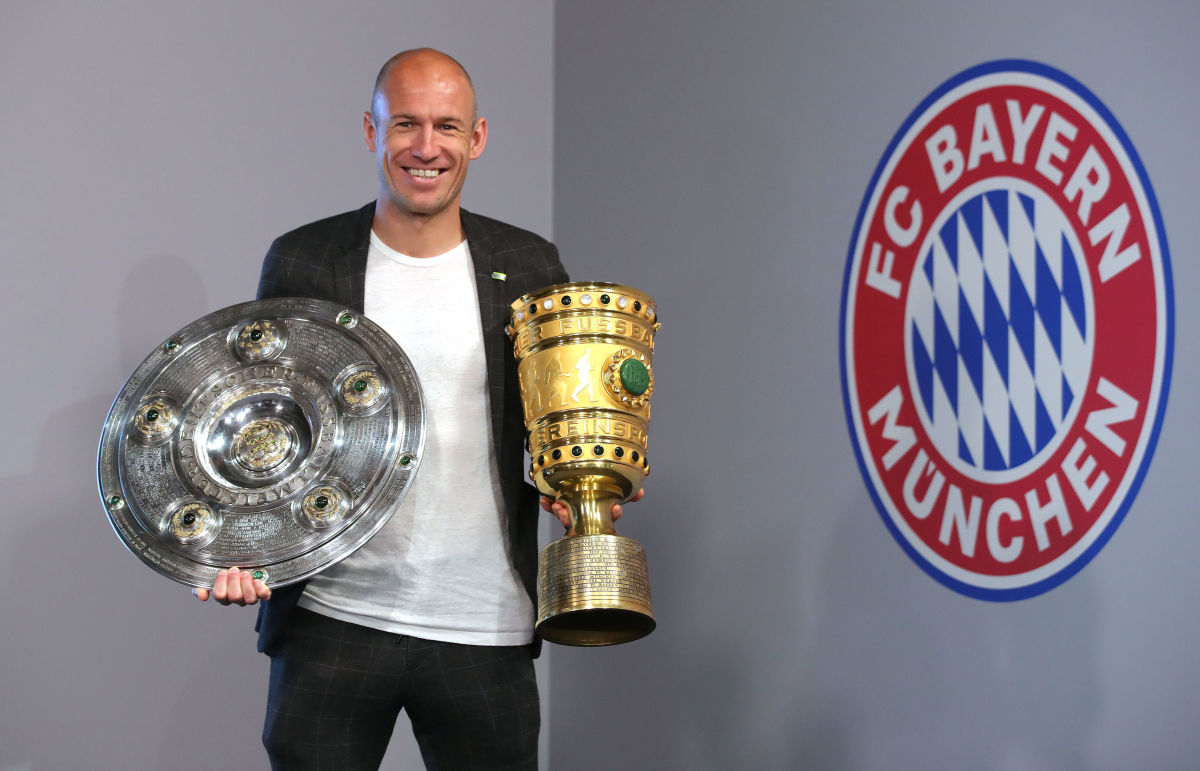 arjen-robben-and-franck-ribery-hand-over-championship-and-dfb-cup-trophy-to-fcb-erlebniswelt-5d7eafb34ce54866f8000001.jpg