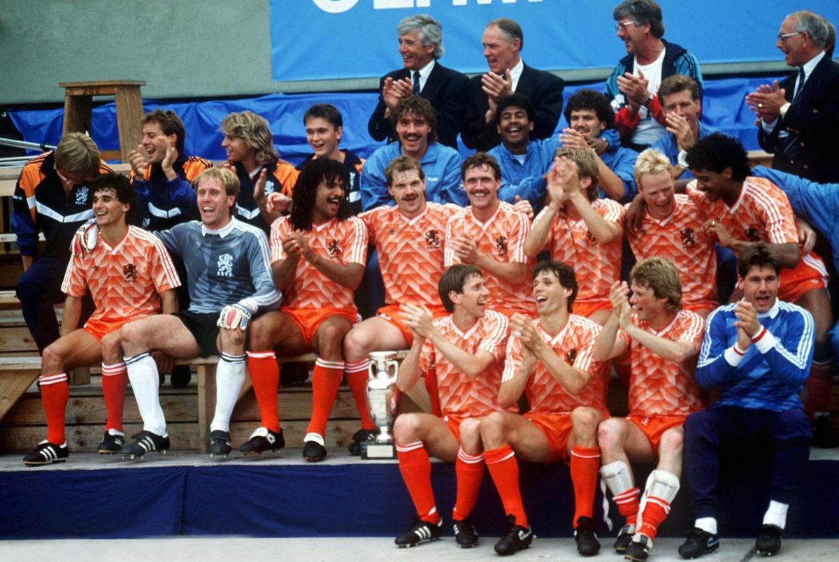 mannschaft-holland-mit-dem-em-pokal-1988-5d1f4f87cbdf712f93000003.jpg
