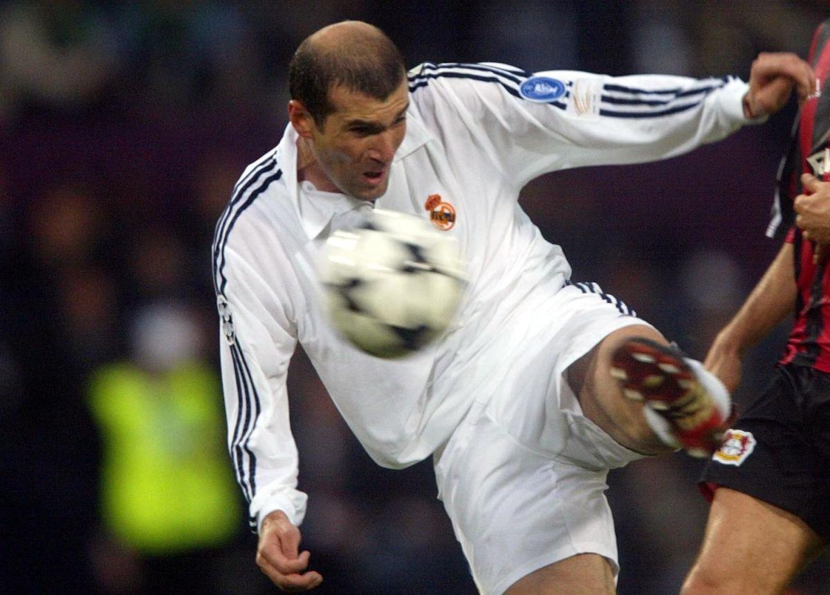 real-madrid-s-zinedine-zidane-shoots-to-score-the-5d0eaa966659bde930000001.jpg