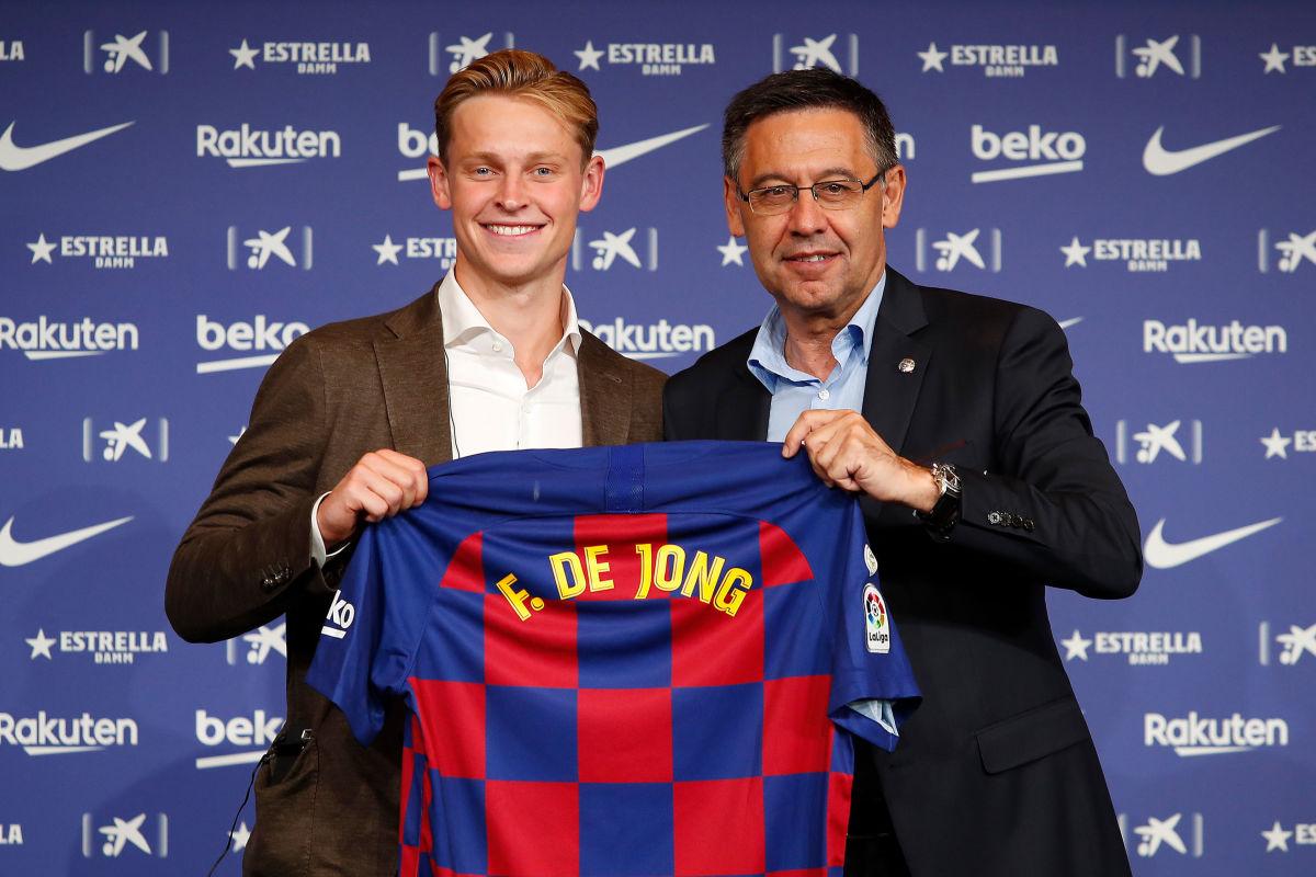 fc-barcelona-unveil-new-player-frenkie-de-jong-5d21b884cbdf719c8d000003.jpg