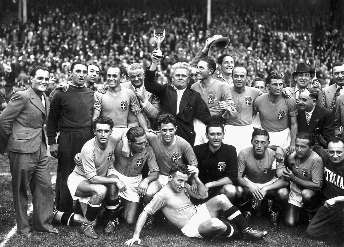 italy-s-national-soccer-team-poses-with-5d5b0e83d17730affb000001.jpg