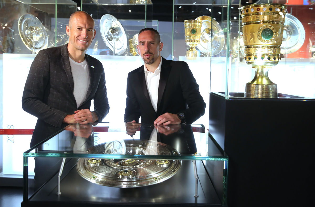 arjen-robben-and-franck-ribery-hand-over-championship-and-dfb-cup-trophy-to-fcb-erlebniswelt-5d402314814902b763000034.jpg