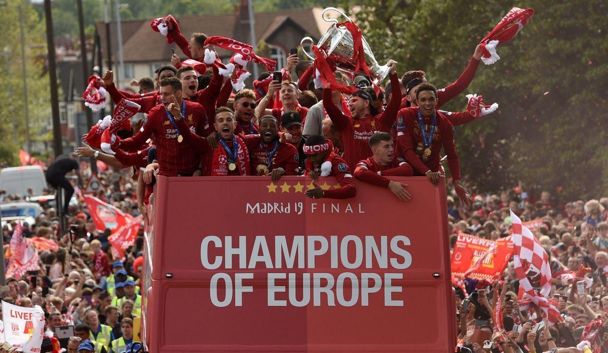topshot-fbl-eur-c1-eng-liverpool-trophy-parade-5d738b26ccd33e91a9000001.jpg