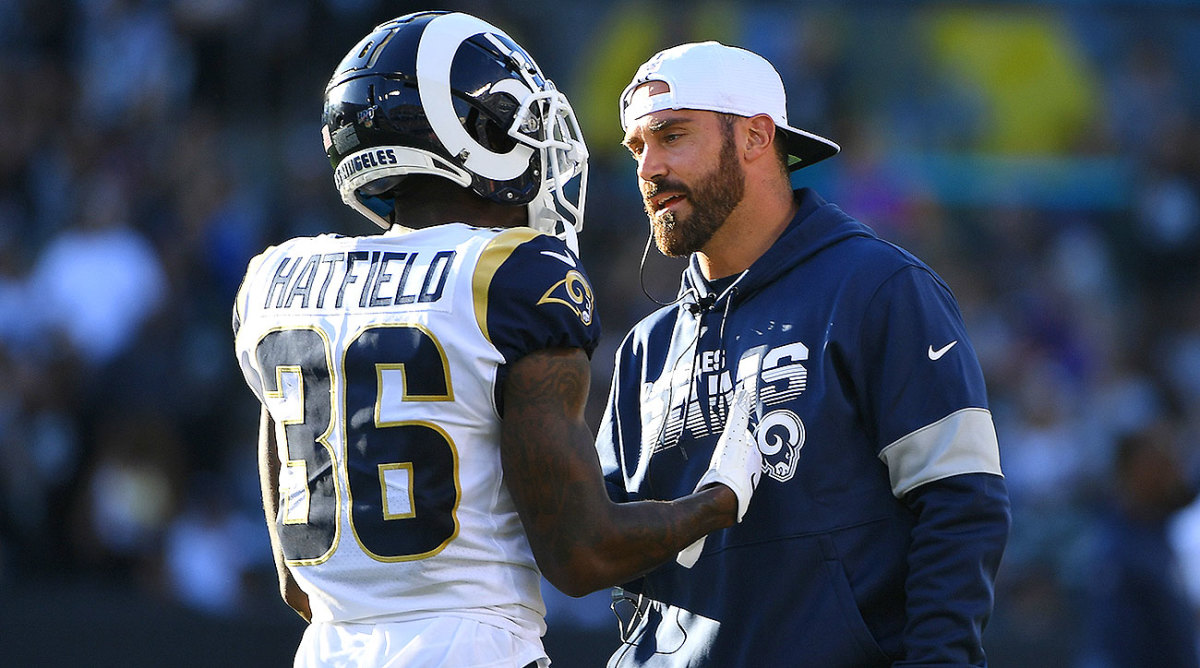 Eric Weddle talks with Dominique Hatfield during the Rams' preseason game.