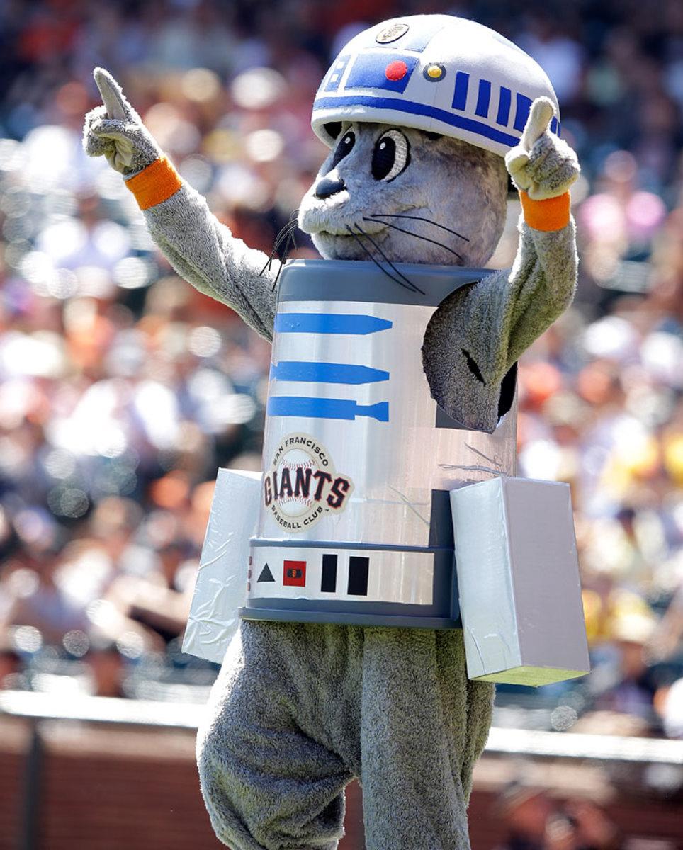2014-0831-San-Francisco-Giants-Lou-Seal-R2-D2-Star-Wars.jpg