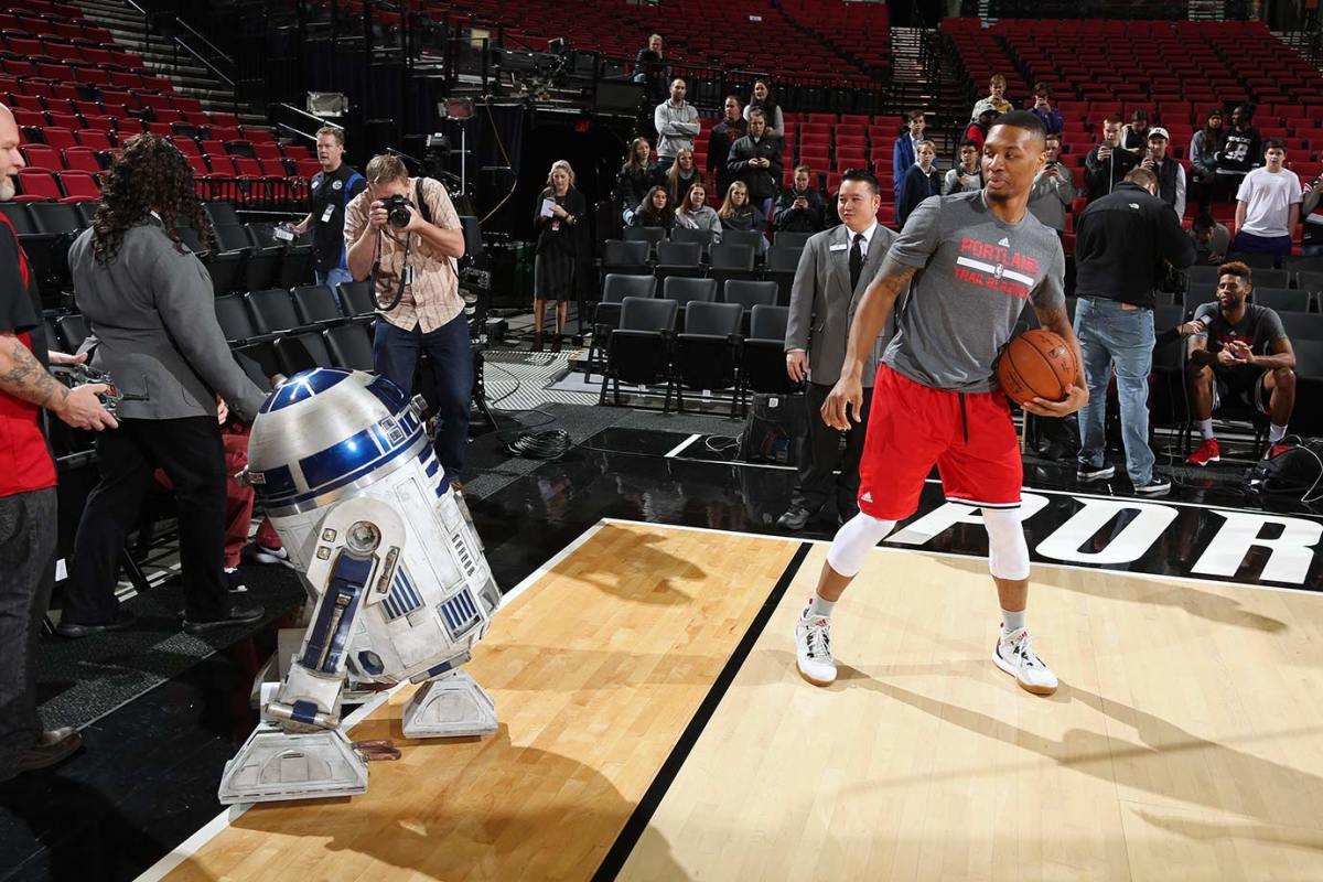 2015-1214-Damian-Lillard-R2-D2.jpg