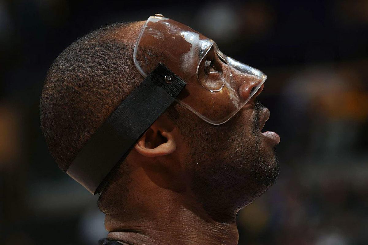 2012-0304-Kobe-Bryant-mask-opy2-286903.jpg