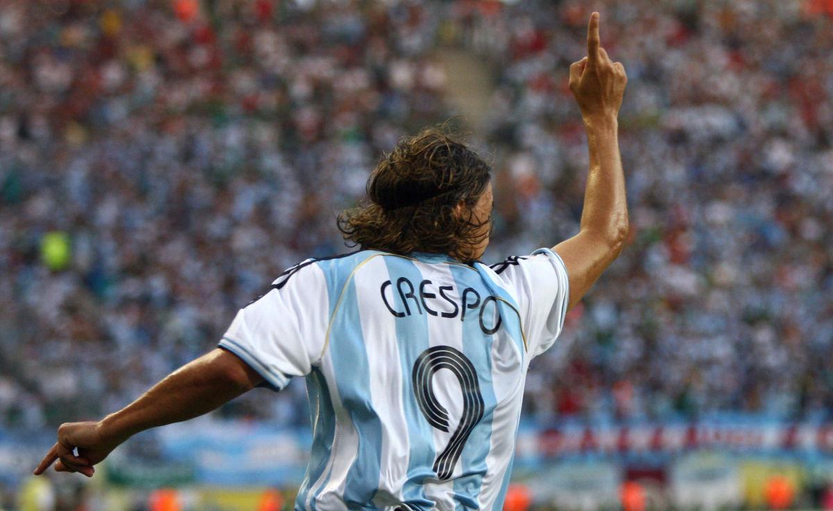argentinian-forward-hernan-crespo-celebr-5b3cab553467ac2e0900000e.jpg
