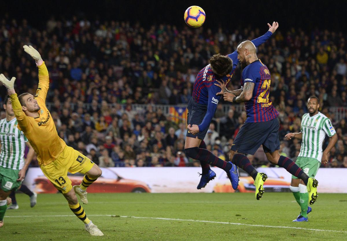 topshot-fbl-esp-liga-barcelona-betis-5be9a92ff2a76ed359000005.jpg