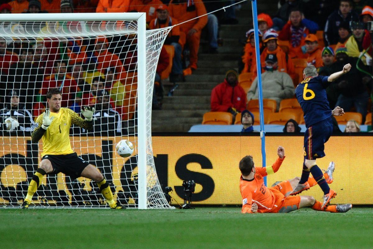 spain-s-midfielder-andres-iniesta-r-sh-5b0fc6f673f36c4a0c000003.jpg