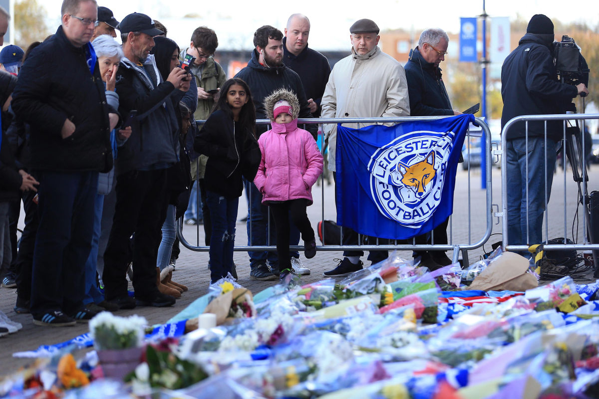 mourners-pay-tribute-after-helicopter-crash-at-king-power-stadium-in-leicester-5bd62cf8e3e0278d94000012.jpg