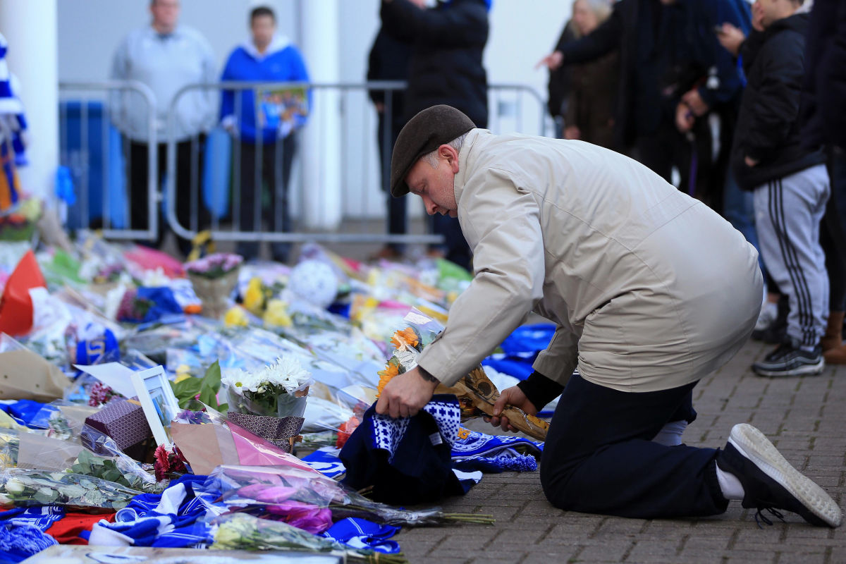 mourners-pay-tribute-after-helicopter-crash-at-king-power-stadium-in-leicester-5bd62c50e3e0274d46000001.jpg