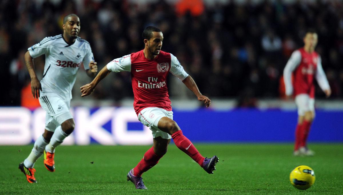 Arsenal's Theo Walcott (C) makess a pass