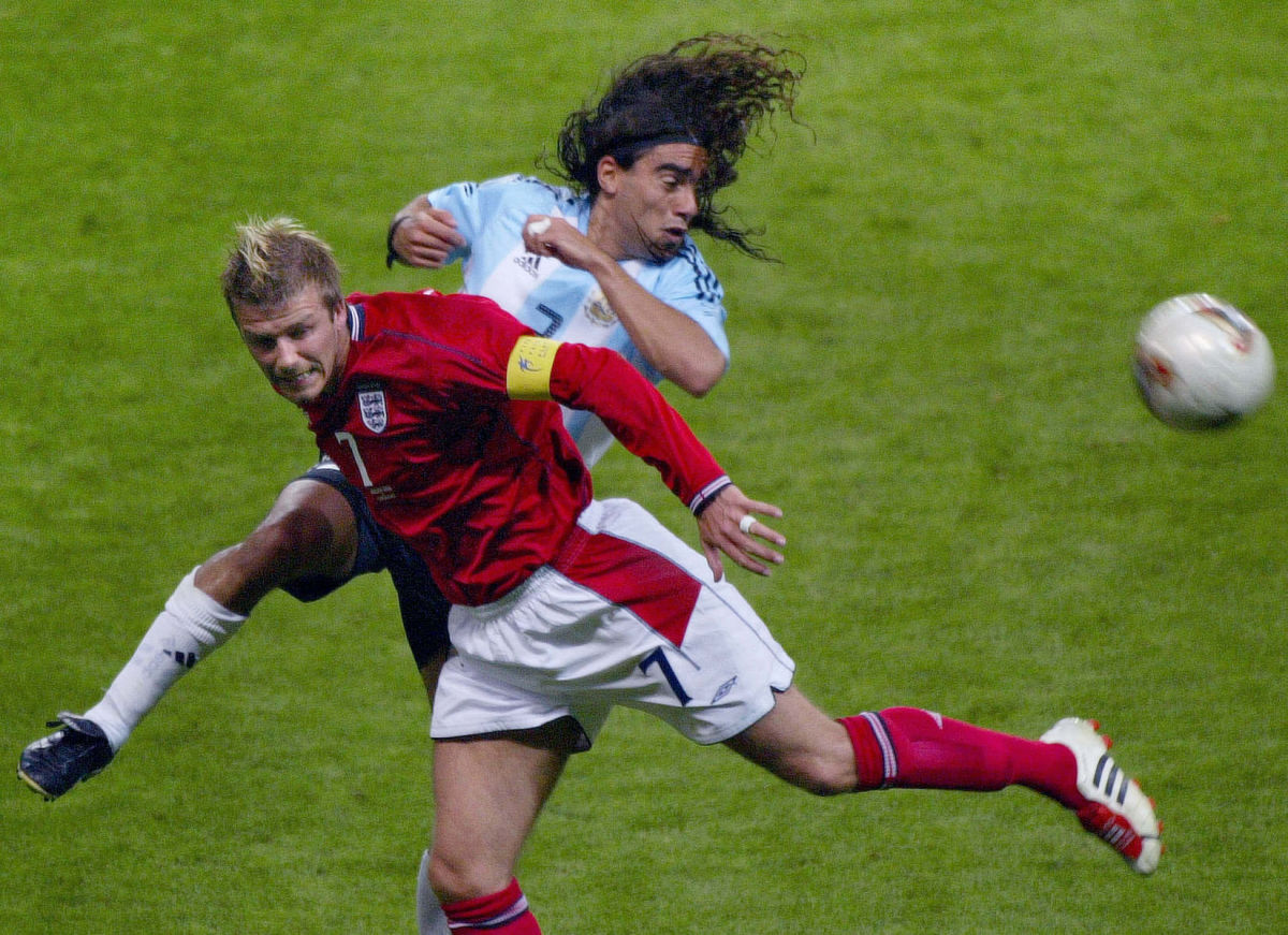 english-midfielder-david-beckham-l-and-argentini-5b0846f173f36c9ad7000001.jpg