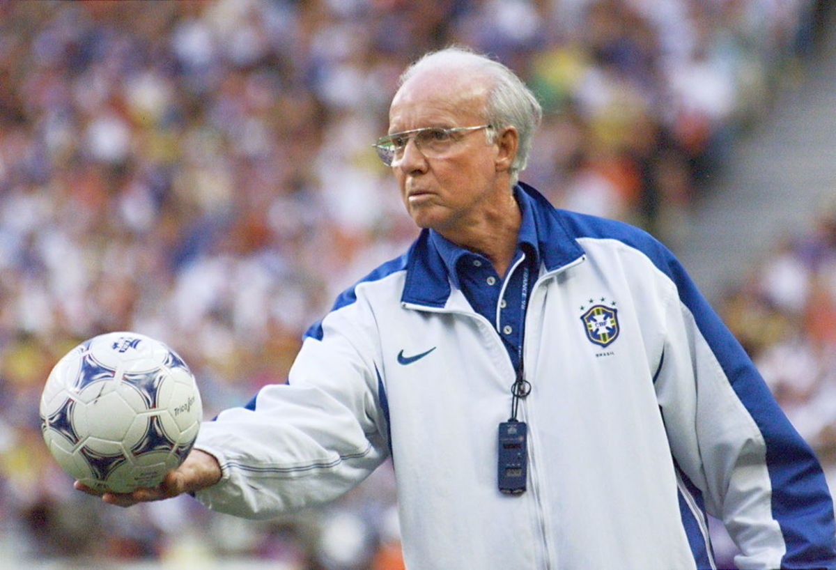brazilian-coach-mario-zagallo-holds-the-ball-12-ju-5b0e79dc7134f63414000002.jpg