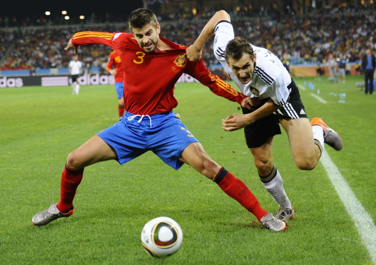 spain-s-defender-gerard-pique-l-and-ge-5b099a3b7134f69c0e000005.jpg