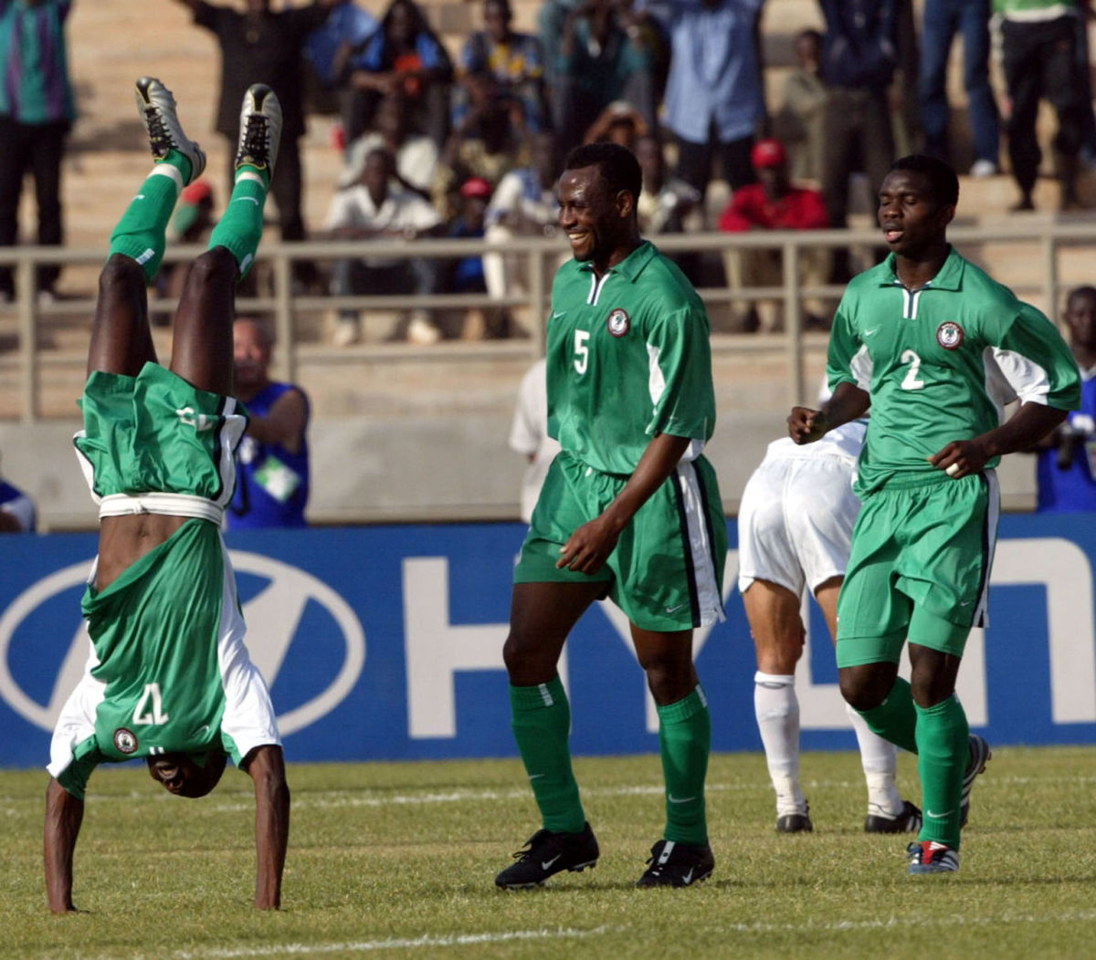nigerian-julius-aghahowa-l-jubilates-in-front-of-5af9a80ff7b09d6a87000002.jpg