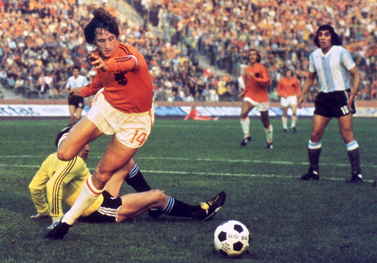 dutch-midfielder-johann-cruyff-dribbles-5b19c4bdf7b09dc738000003.jpg