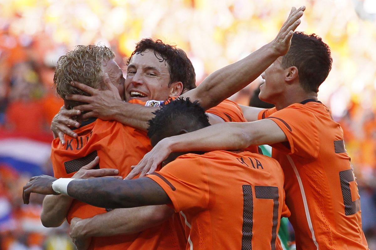 netherlands-football-players-celebrate-a-5b19c3a0f7b09dc738000001.jpg