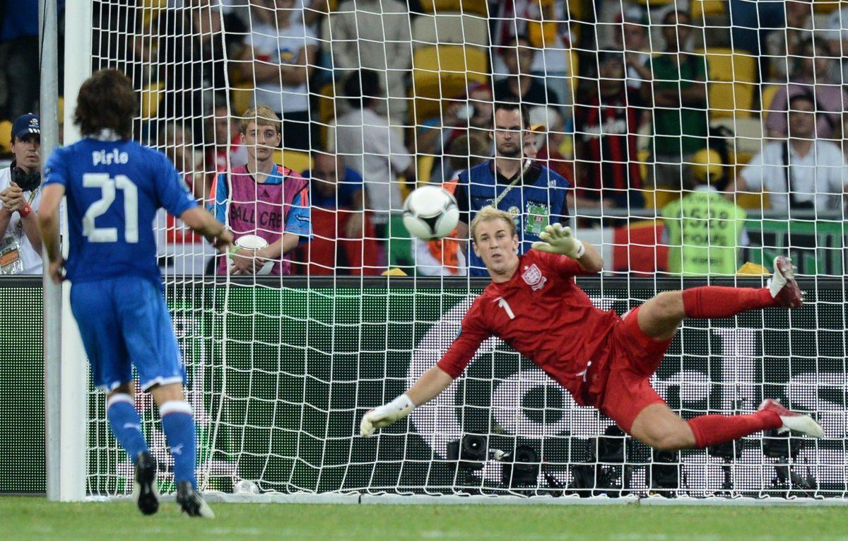 english-goalkeeper-joe-hart-r-dives-as-5b5350da42fc33f8e7000046.jpg