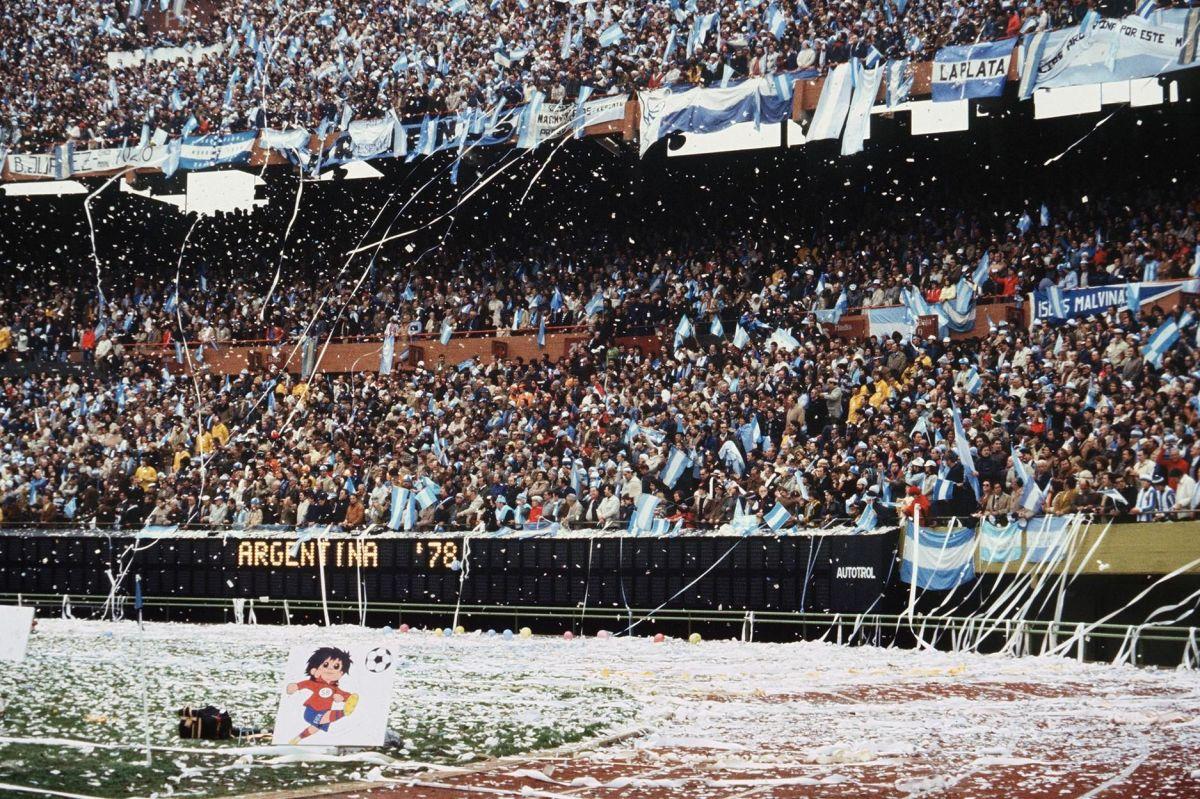 argentinian-fans-throw-rolls-of-paper-al-5af9a3227134f6dbd6000002.jpg