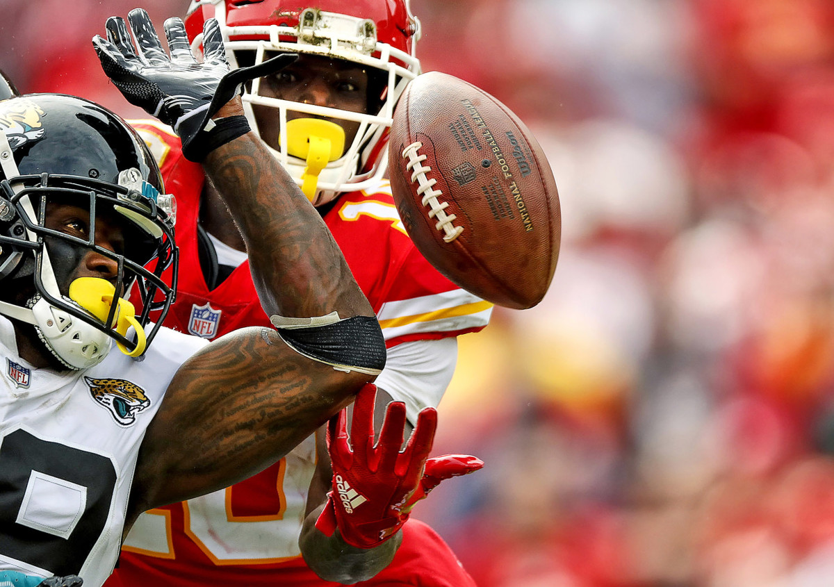 Kansas City Chiefs WR Tyreek Hill against the Jacksonville Jaguars' Tashaun Gipson at Arrowhead Stadium