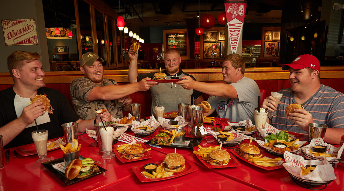wisconsin-offensive-lineman-red-robin-group-shot.jpg