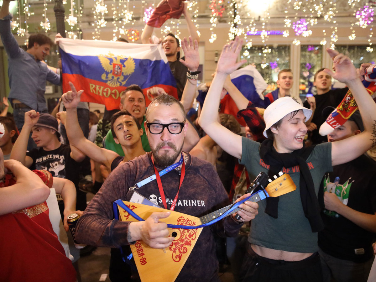 russia-fans-instrument-world-cup.jpg