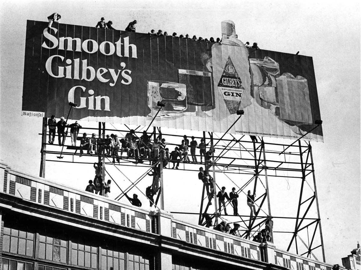fans-climb-billboard-oct2-game-fenway.jpg