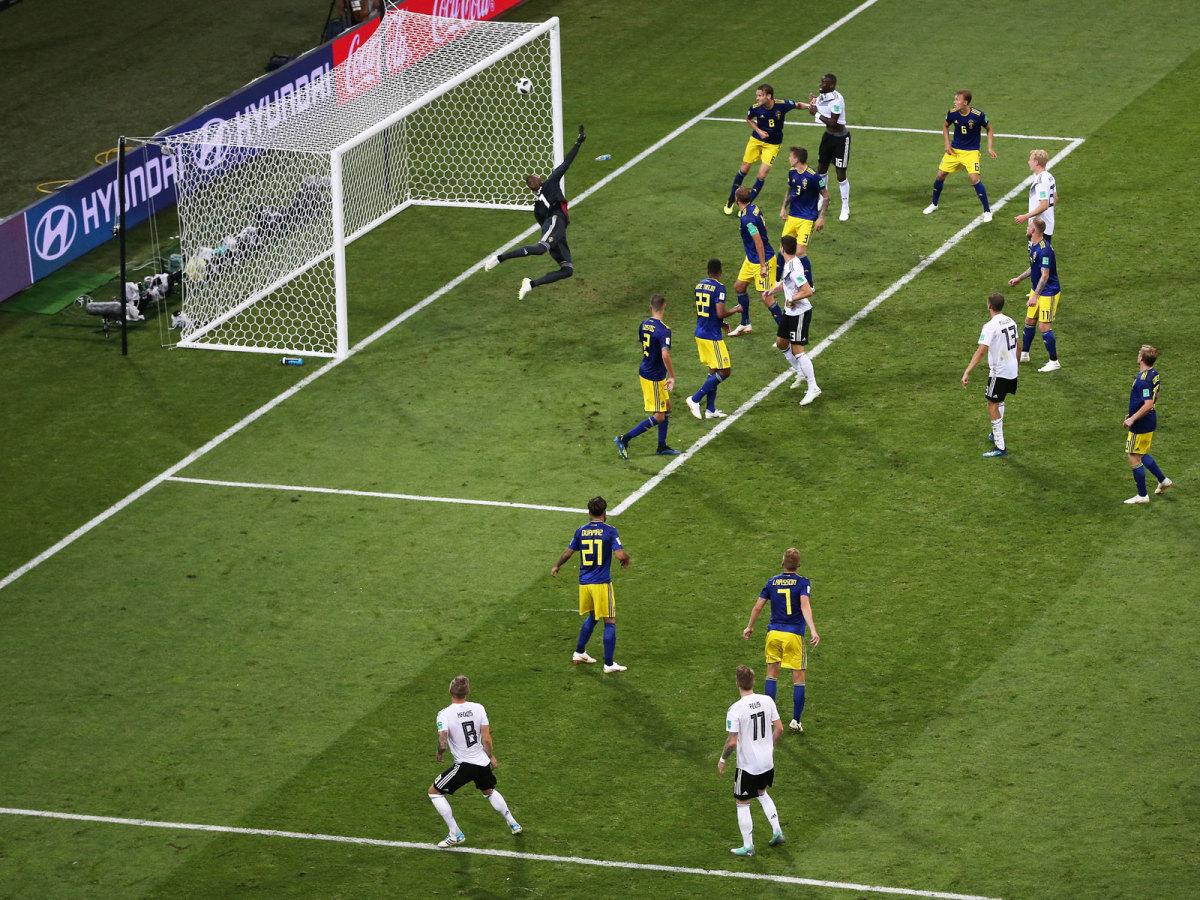 toni-kroos-free-kick-world-cup.jpg