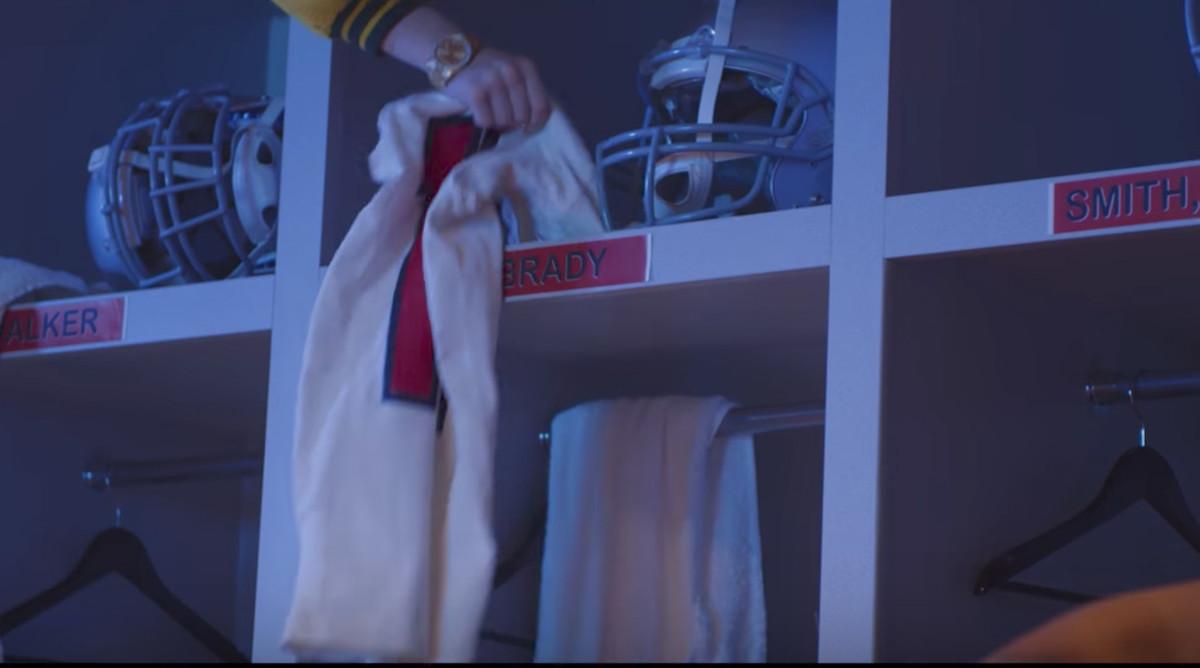 Macklemore video: Marshawn Lynch involved in Brady jersey heist ...