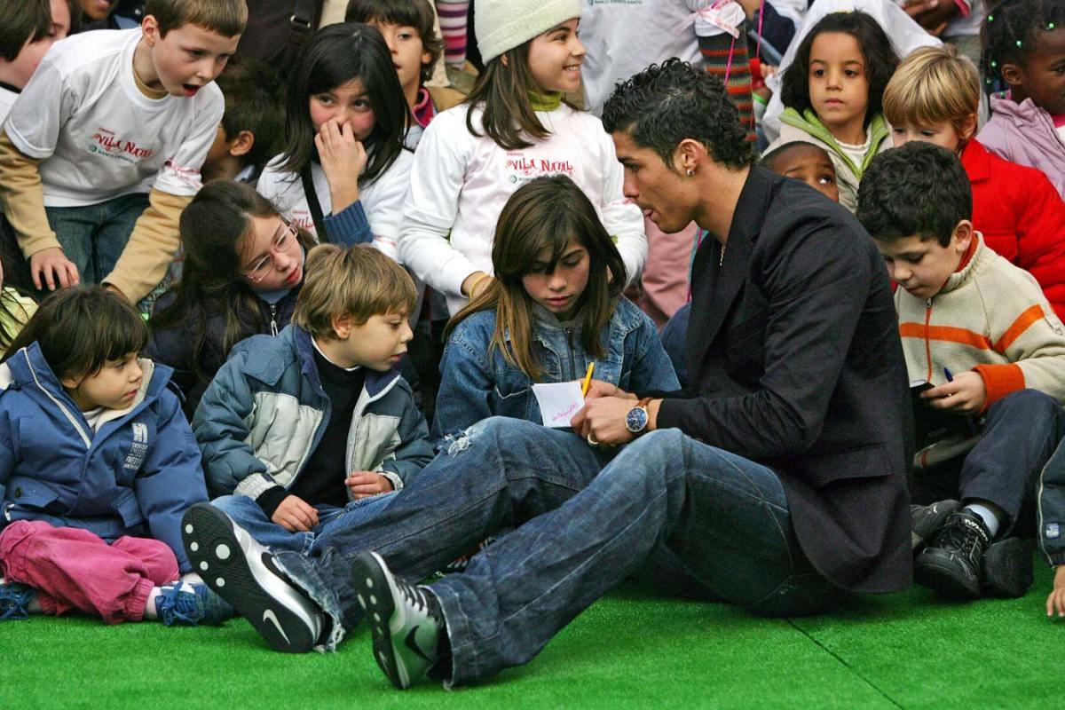 2007-Cristiano-Ronaldo-children.jpg