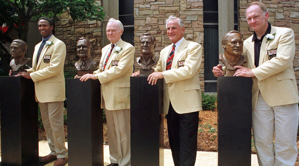 Mike Webster (far right) was enshrined in 1997. Five years later he died homeless and broke, suffering from a number of physical and mental ailments.