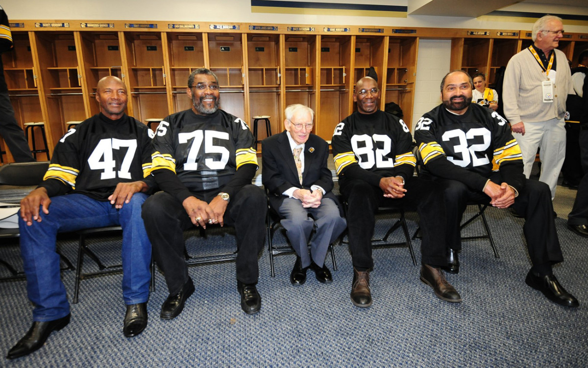 Rooney flanked by fellow Hall of Famers Mel Blount, Joe Greene, John Stallworth and Franco Harris at the Steelers reunion, November 2014.