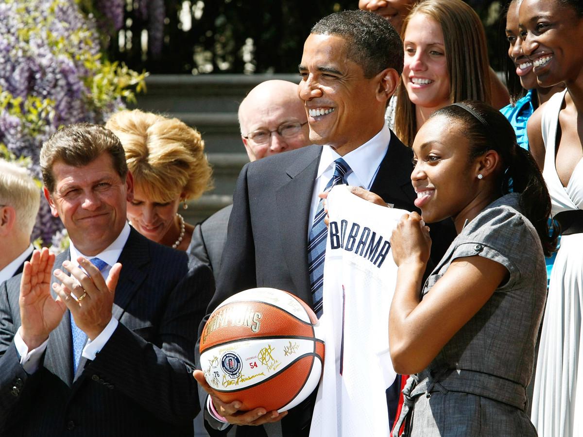 barack-obama-geno-auriemma-uconn-huskies-championship-white-house-visit.jpg