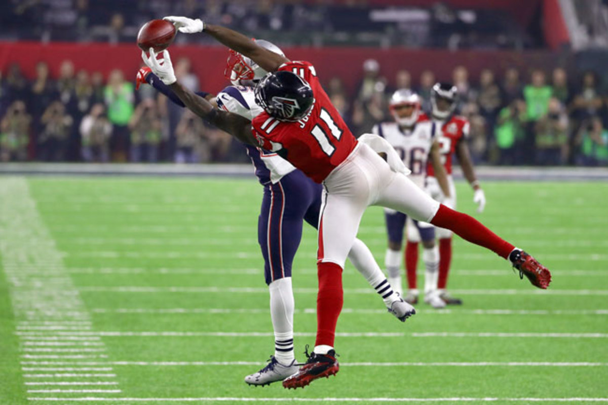 Julio Jones makes an unbelievable catch near the sideline to put the Falcons in field goal position late in the fourth quarter, an opportunity that Atlanta would soon squander.