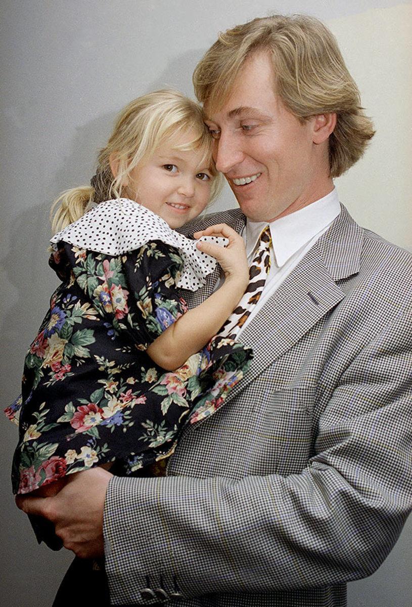 1993-0104-Wayne-Gretzky-daughter-Paulina.jpg