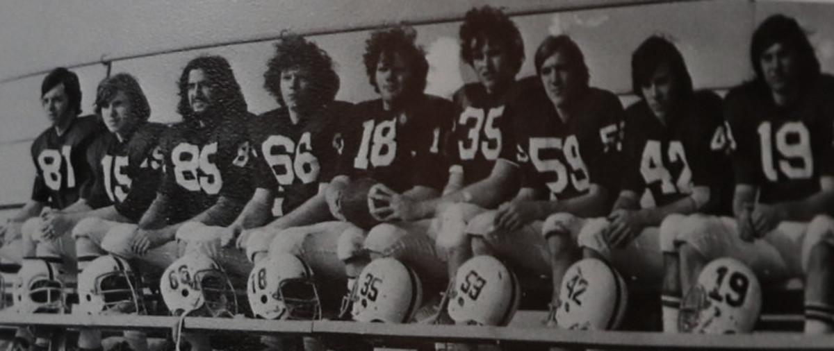 From left to right: #87 Marc Nichols, #15 Tim Layden, #85 Jim McKee, #66 Steve Toben, #18 Marty Gordon, #35 Bill Greco, #59 Tim Nichols, #42 Ray Greenwood, #19 Bob Shovah