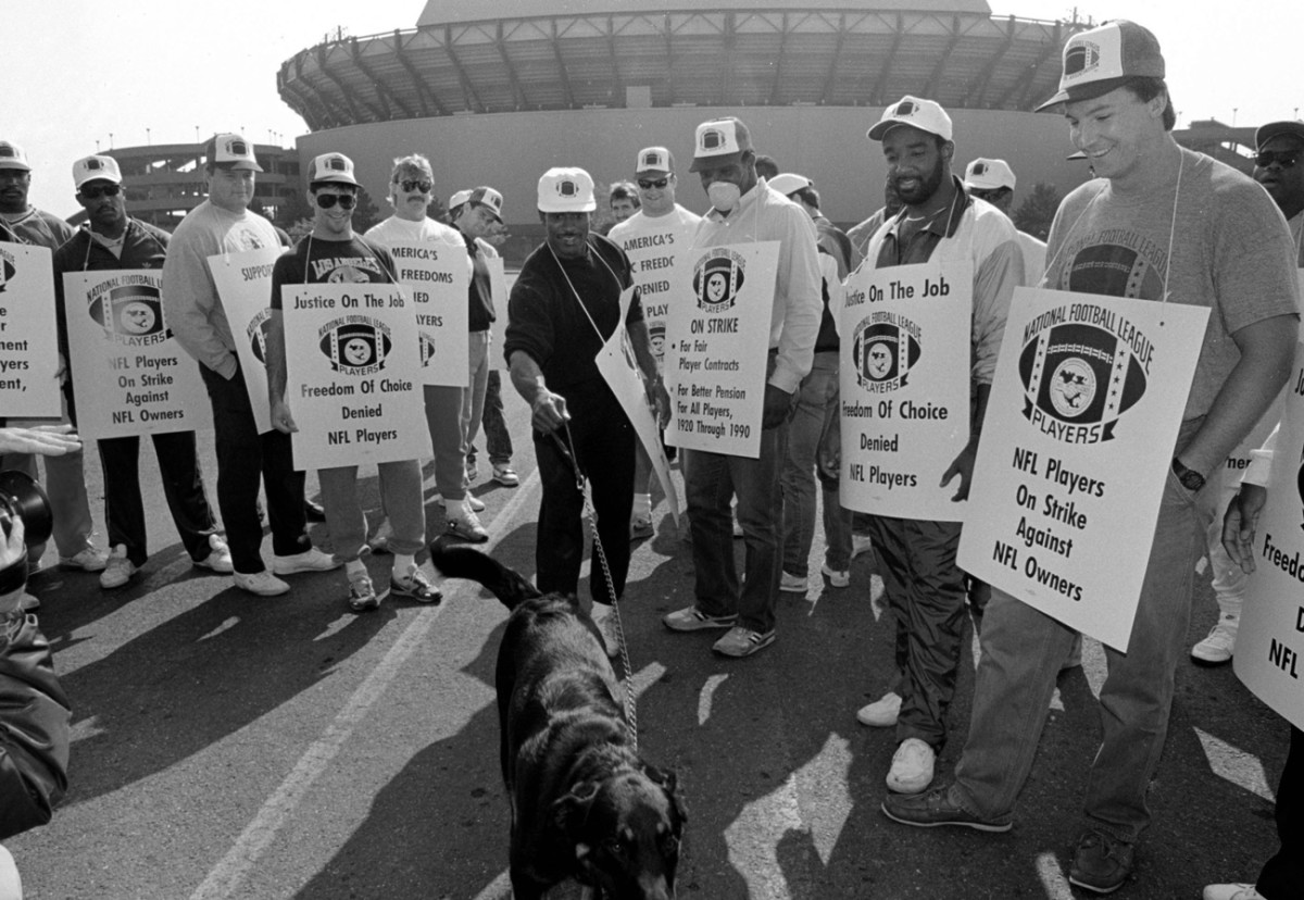 Players man the picket line outside Giants Stadium.