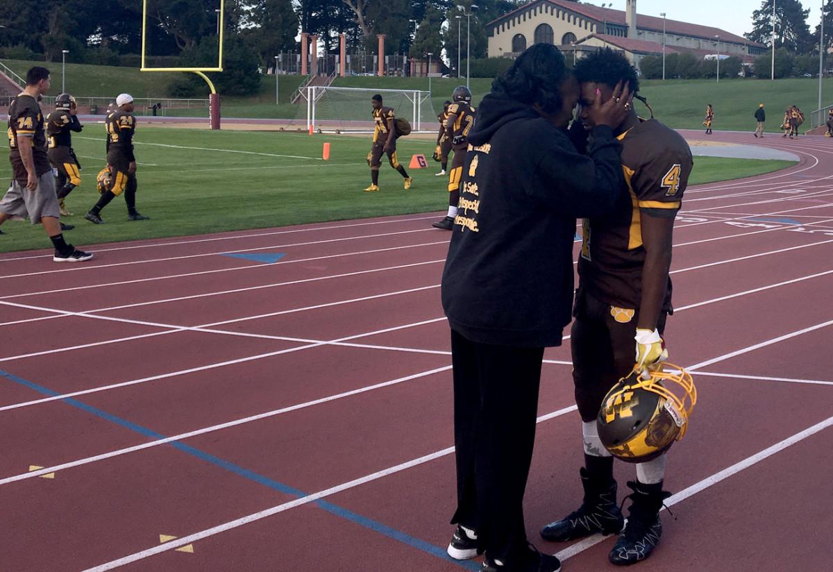Mom says a pregame prayer with Jamal Dixon.