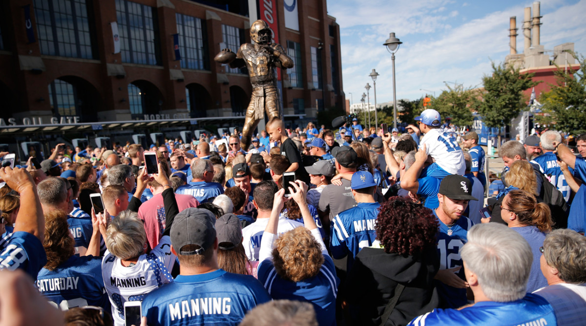 The Colts unveiled on Saturday a statue in honor of Peyton Manning, who spent 13 of his 17 NFL seasons with the franchise.
