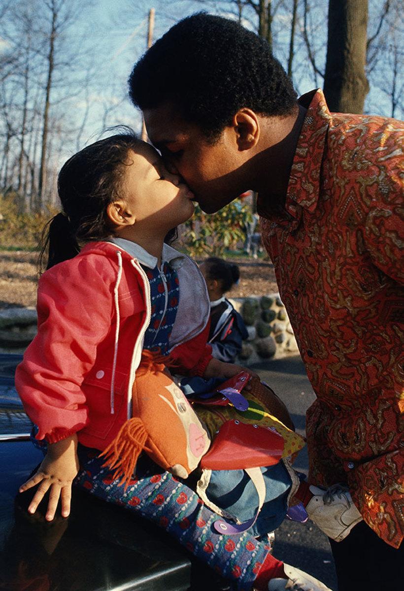 1973-Muhammad-Ali-kissing-daughter-Jamillah-014473439.jpg