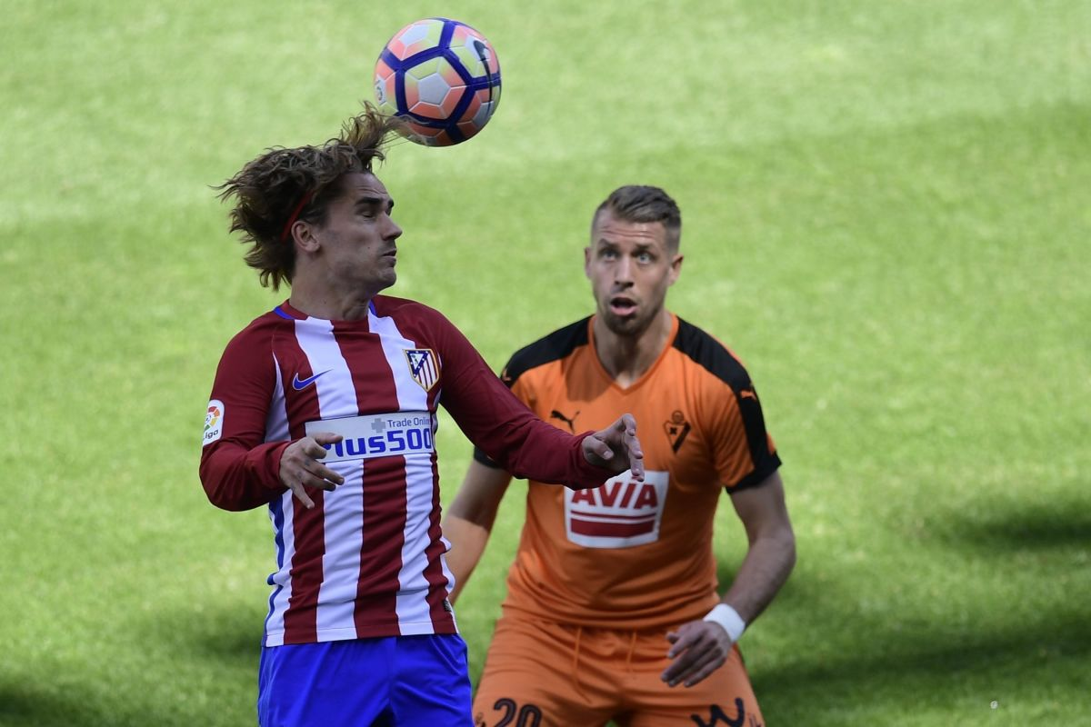 Atletico Madrid's French forward Antoine Griezmann (L) heads the ball past Eibar's French defender Florian Lejeune during the Spanish league football match Club Atletico de Madrid vs SD Eibar at the Vicente Calderon stadium in Madrid on May 6, 2017. / AFP PHOTO / JAVIER SORIANO        (Photo credit should read JAVIER SORIANO/AFP/Getty Images)