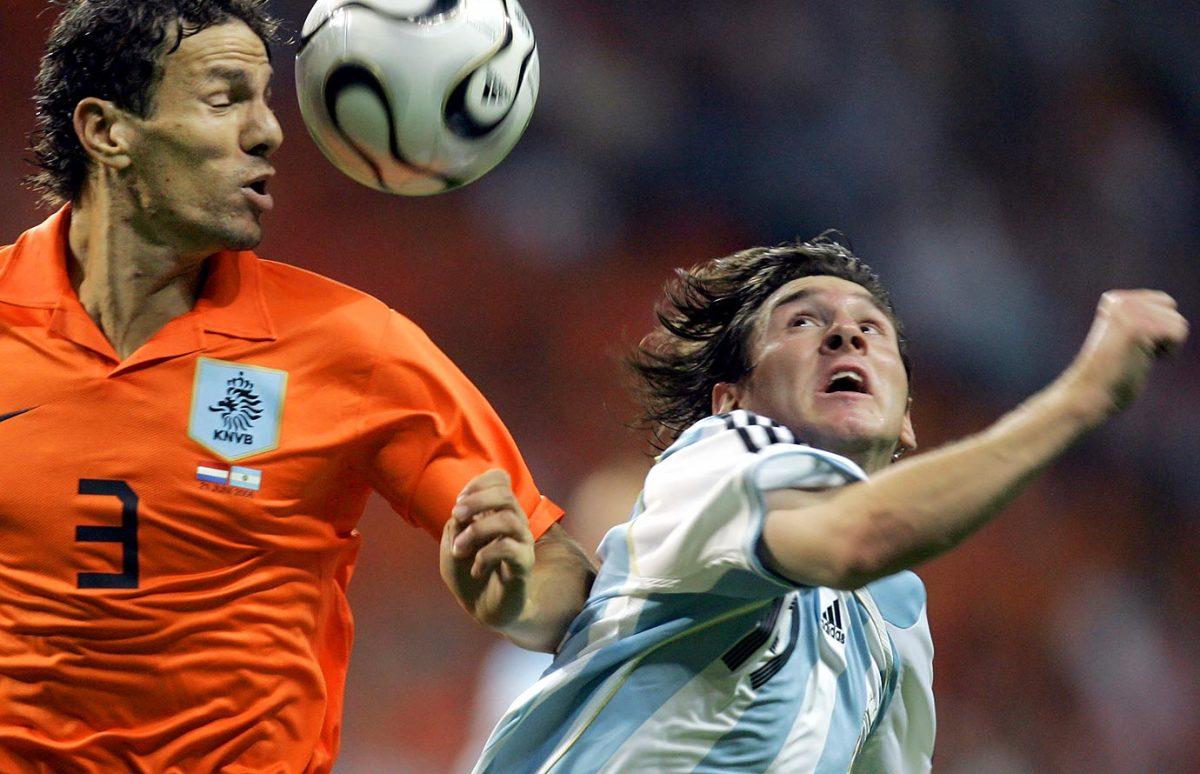2006-0621-Lionel-Messi-Khalid-Boulahrouz.jpg