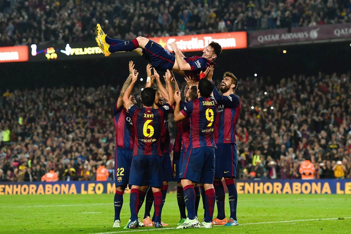 2014-1122-Lionel-Messi-FC-Barcelona-teammates.jpg