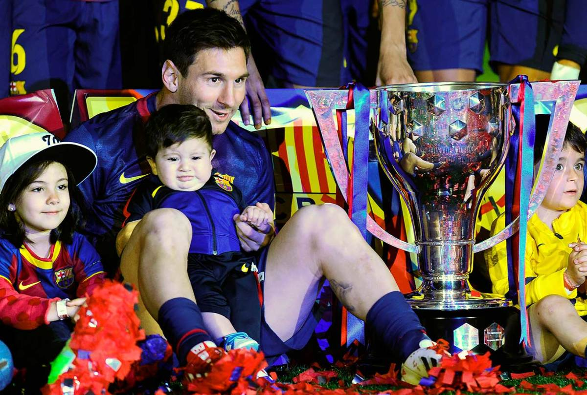 2013-0519-Lionel-Messi-son-Thiago-Spanish-League-trophy.jpg
