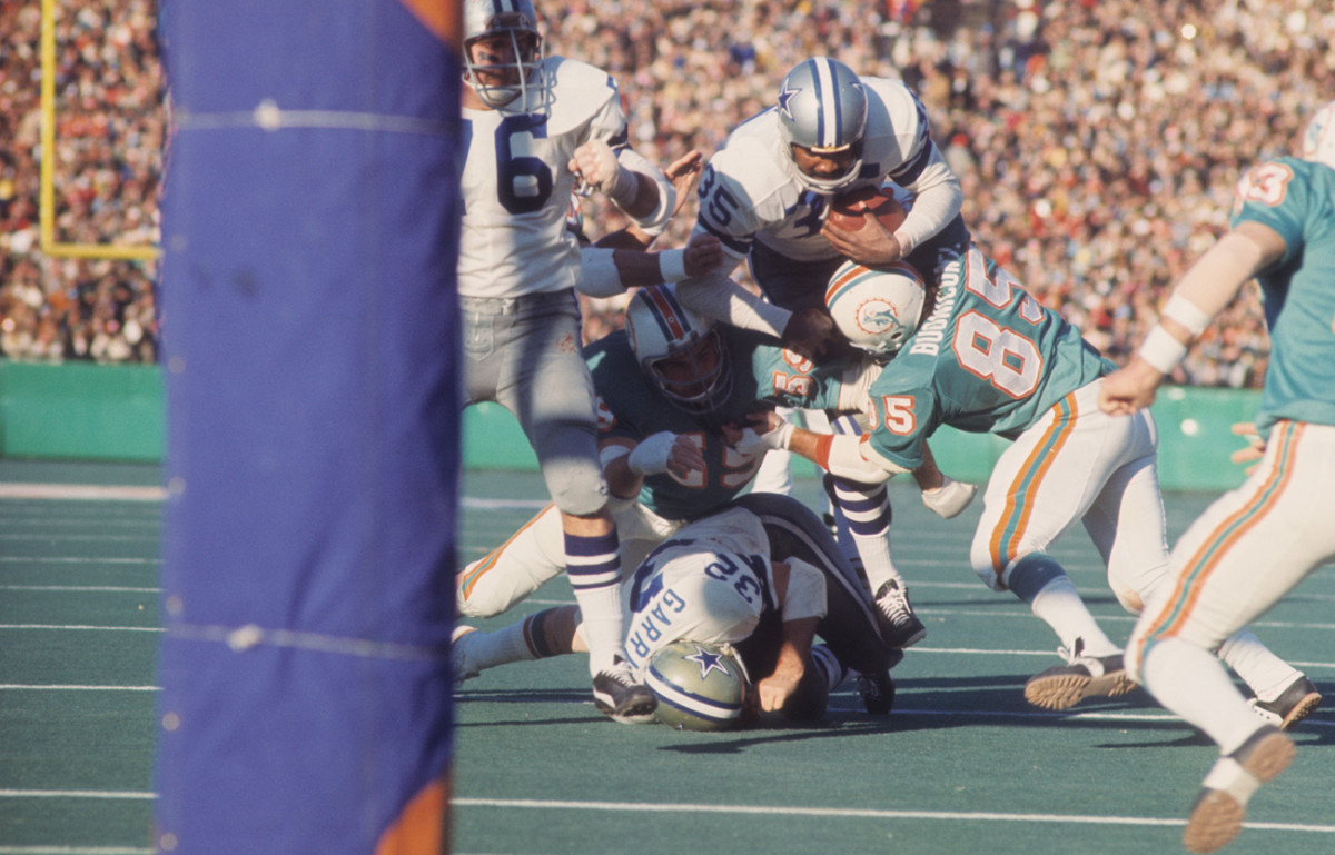 Buoniconti (85) blacked out after a hit in Super Bowl VI but stayed in. He doesn't recall playing in the game.