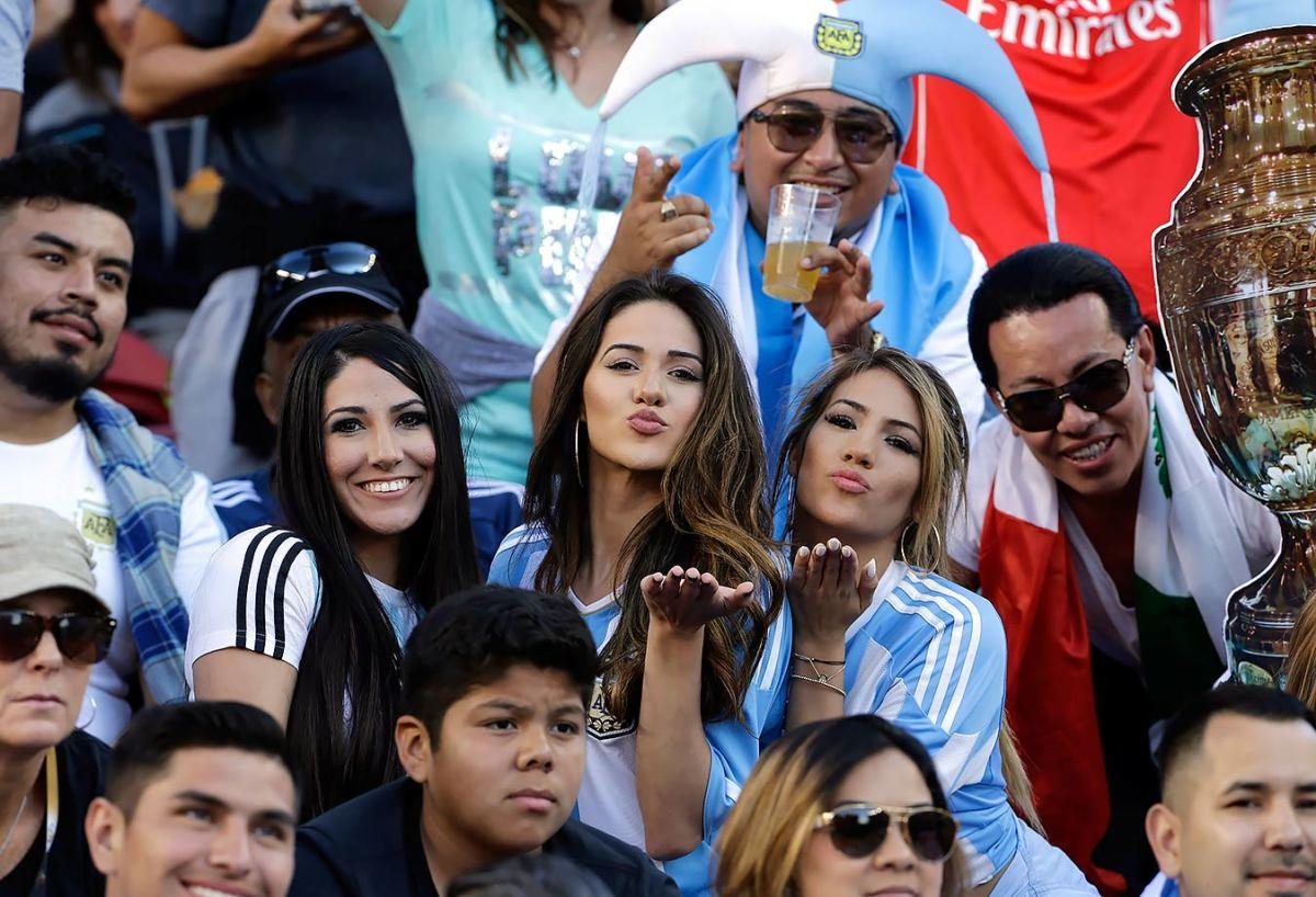 Argentina-fans-44f05fecec2a49f2a7a8dcc83e31beb5-0.jpg